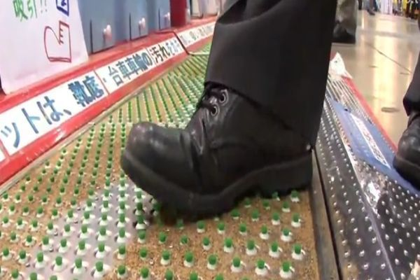 Suction Mat cleans shoe soles_1