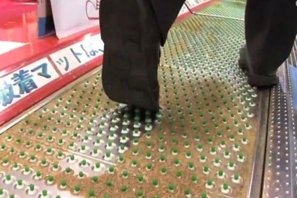 Suction Mat cleans shoe soles_3