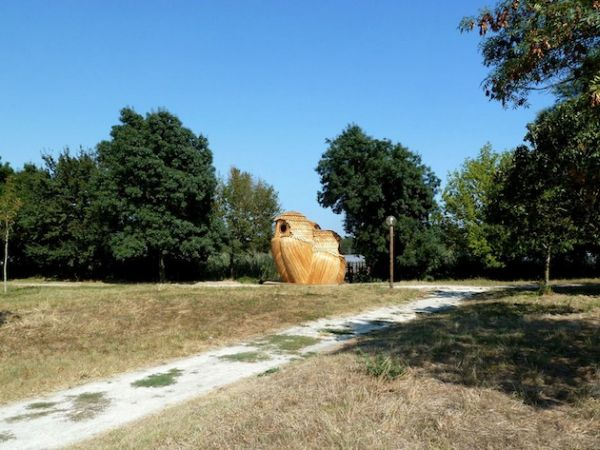 Owl shaped timber cabin_14