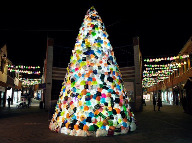 Consumerist Christmas Tree Made With 3,000 Plastic Bags_1