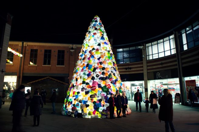 Consumerist Christmas Tree Made With 3,000 Plastic Bags_4