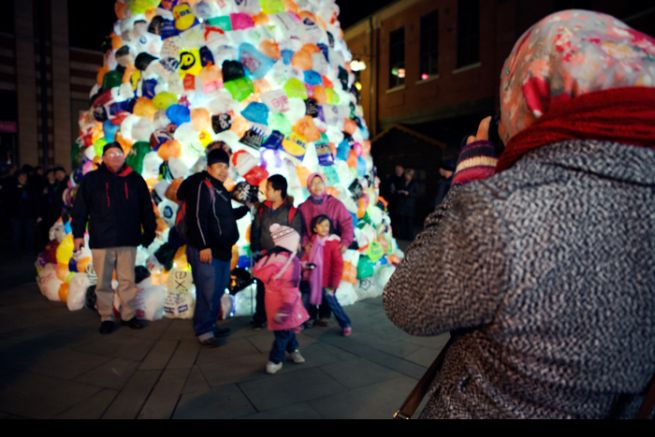Consumerist Christmas Tree Made With 3,000 Plastic Bags_5