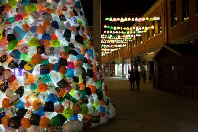 Consumerist Christmas Tree Made With 3,000 Plastic Bags_8