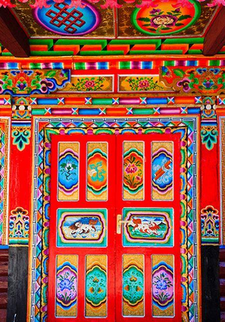 Traditional door in Jiaju Tibetan Village, China_10