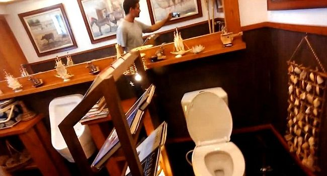 Jason Godfrey filmed a Shell gas station toilet_4
