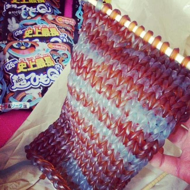 Overtime Queen creates a scarf from Gummi worm candies_1